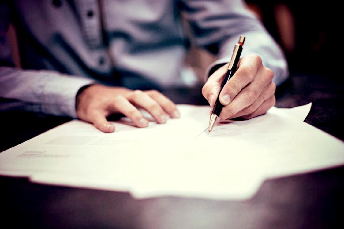 Pour contester un permis de construire, faites appel à un avocat spécialisé en droit public et urbanisme.
